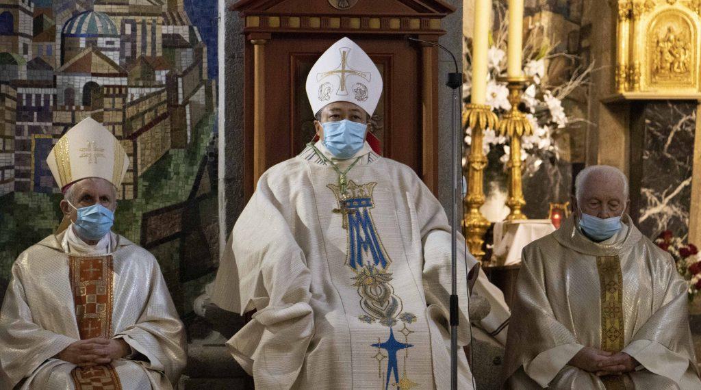 Bernardito Cleopas Auza, nuncio apostólico en España, junto a Luis Quinteiro, obispo de Tui-Vigo, y Moisés Alonso,  párroco de la Concatedral-Basílica.