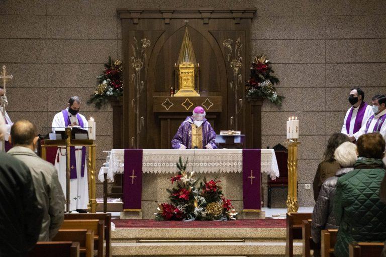 Apostolado Seglar celebra la Navidad con movimientos, asociaciones y delegaciones diocesanas a través de una eucaristía presidida por el obispo, Luis Quinteiro.