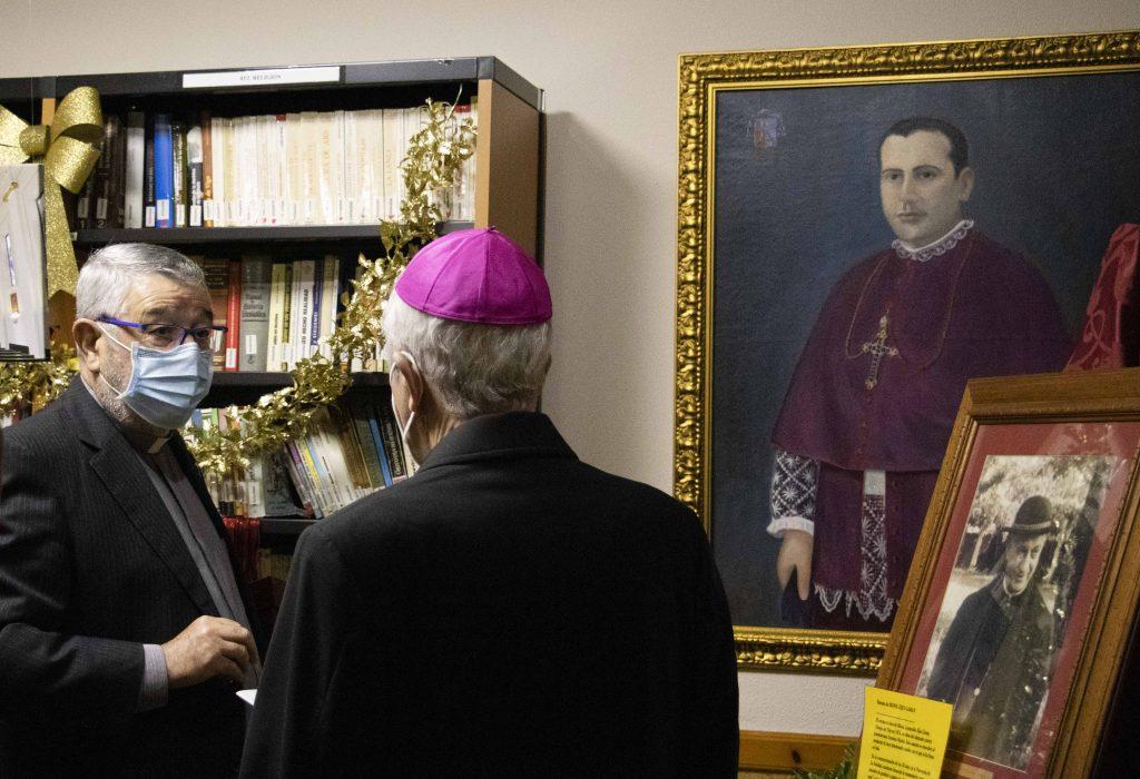 Exhibición del retrato al óleo de Eijo Garay, en la biblioteca parroquial.