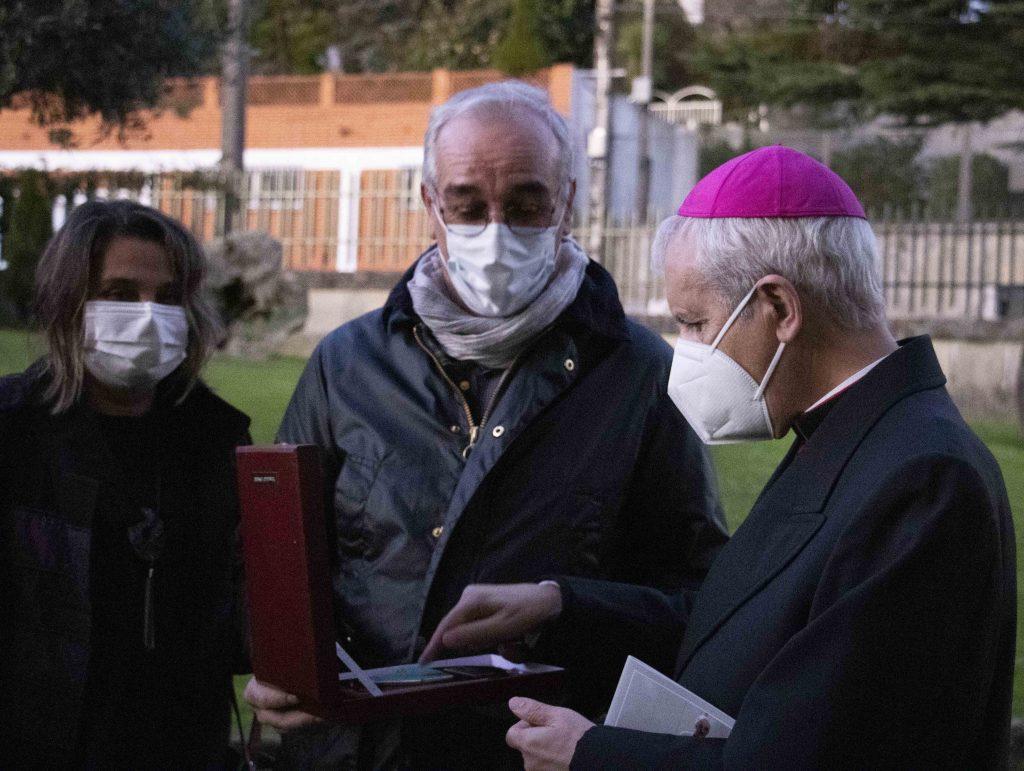 El obispo, Luis Quinteiro, hace entrega de un obsequio a Ramón González creados de la maqueta de polispán de la Soledad.