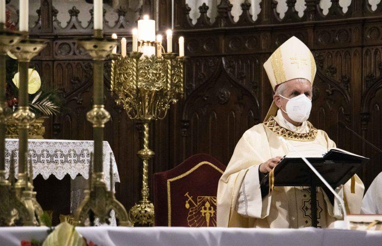 El obispo de Tui-Vigo, Luis Quinteiro, preside la vigilia conmemorativa de la Sagrada Familia el 26 de diciembre de 2020.
