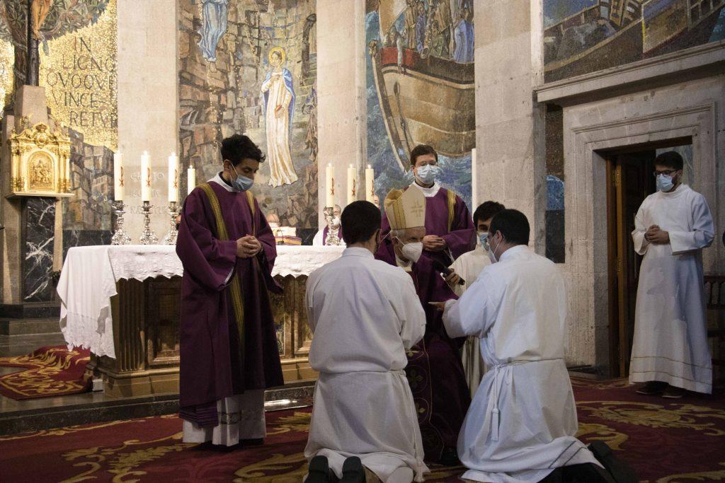 El obispo de Tui-Vigo preside la eucaristía en la que son instituidos acólitos dos seminaristas, Ramiro y Emilio, en la Concatedral-Basílica.